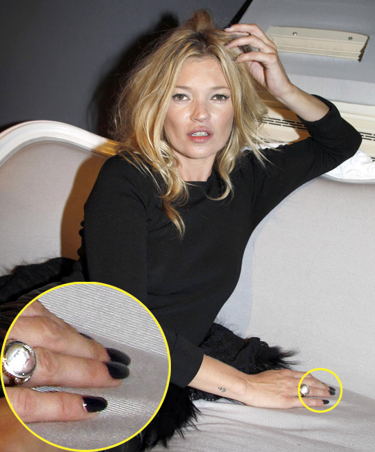 102210_kate_moss_black_nails_1045932321