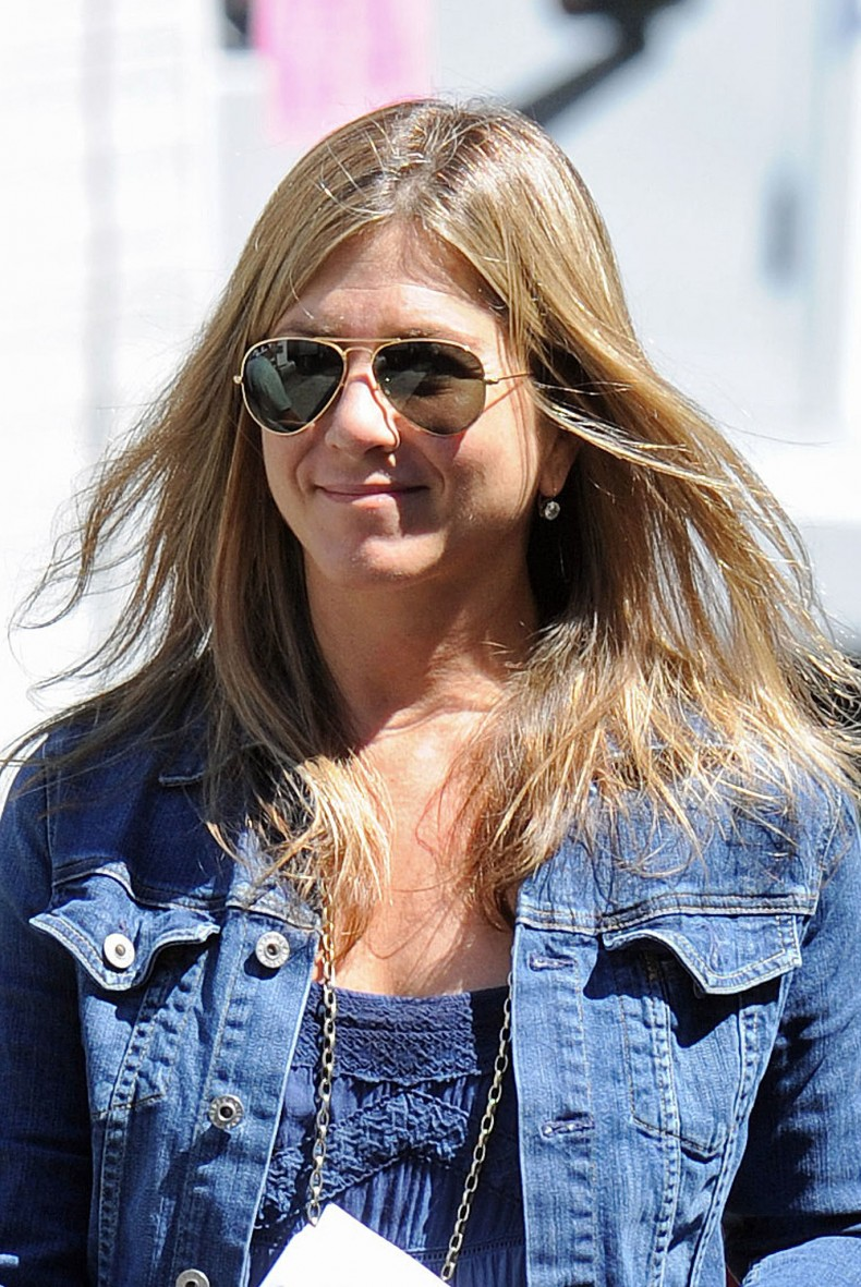 Jennifer-Aniston-wore-aviators-set-July-30