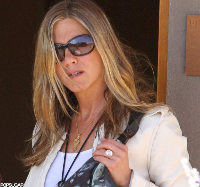Jennifer-Aniston-stepped-out-Santa-Fe-her-engagement-ring