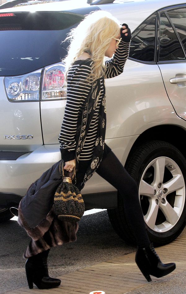 Olsens-Anonymous-Blog-Mary-Kate-Ashley-Olsen-13-Ways-To-Wear-Stripe-Tops-Like-The-Olsen-Twins-Alexander-Wang-Scarf