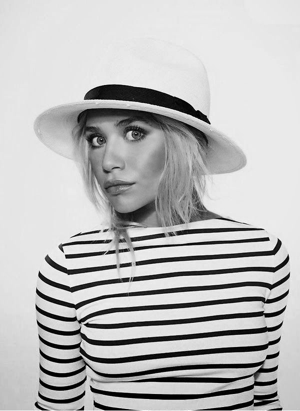 Olsens-Anonymous-Blog-Mary-Kate-Ashley-Olsen-13-Ways-To-Wear-Stripe-Tops-Like-The-Olsen-Twins-Black-White-Fedora