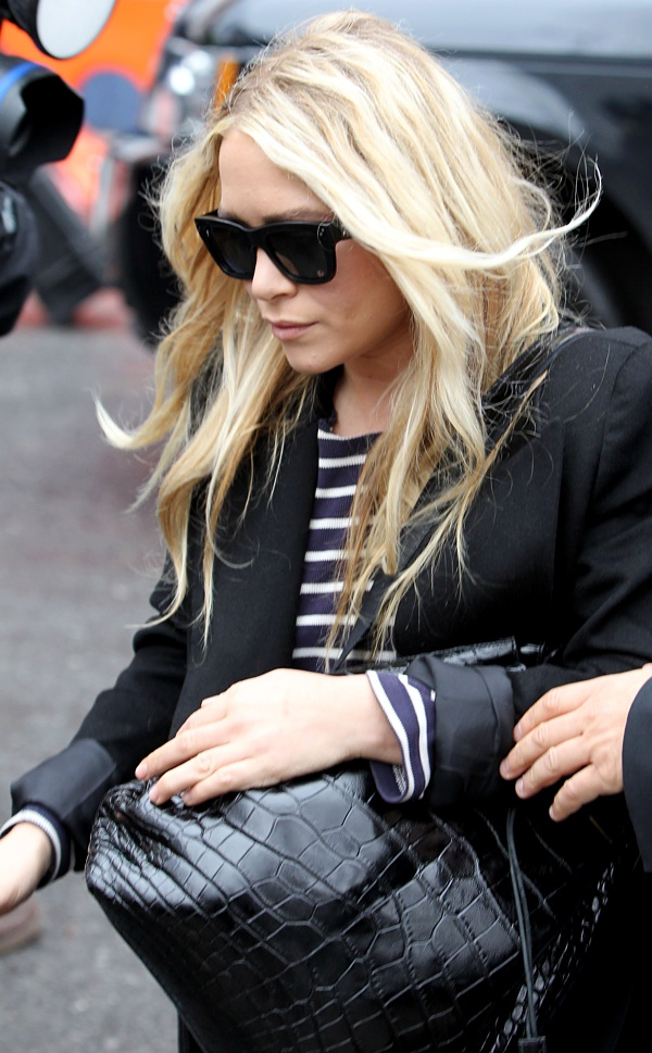 Olsens-Anonymous-Blog-Mary-Kate-Ashley-Olsen-13-Ways-To-Wear-Stripe-Tops-Like-The-Olsen-Twins-Blazer-Blue-With-White