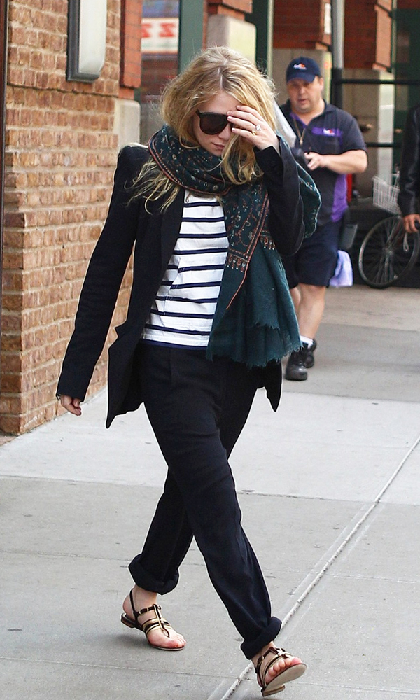 Olsens-Anonymous-Blog-Mary-Kate-Ashley-Olsen-13-Ways-To-Wear-Stripe-Tops-Like-The-Olsen-Twins-Embellished-Scarf