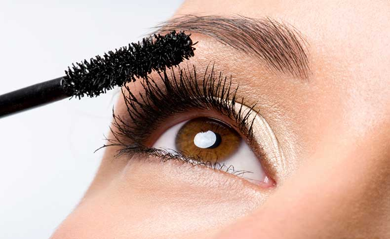 Applying-Mascara1