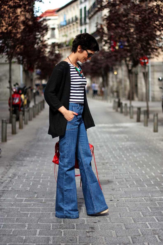 Flared-jeans-outfit-combinar-pantalon-campana-crop-top-rayas-bolso-Balenciaga-pelo-corto-pixie-cut-short-hair-streetstyle-ohmyblog-blogger-(6)