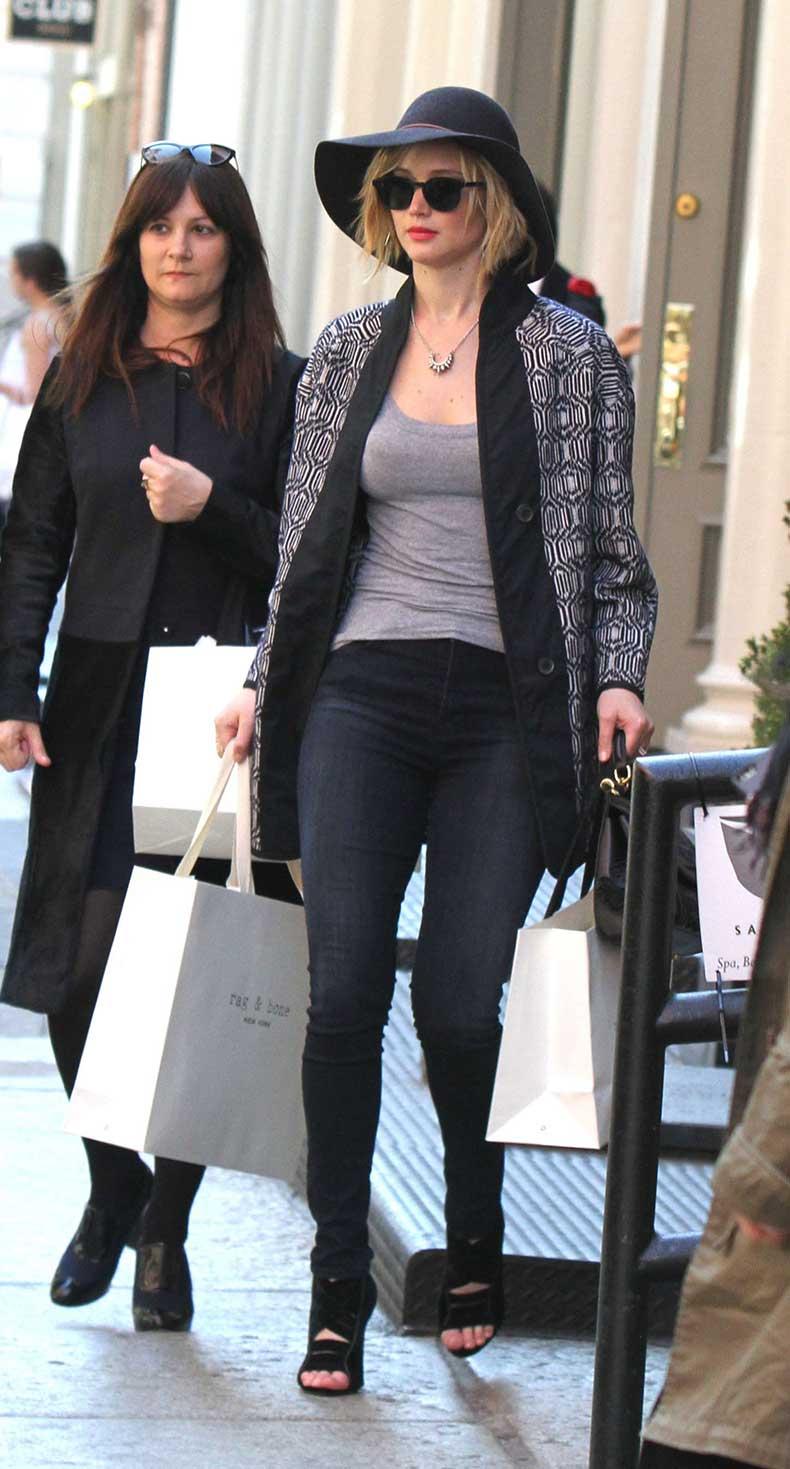 Jennifer-Lawrence-in-tight-jeans--03