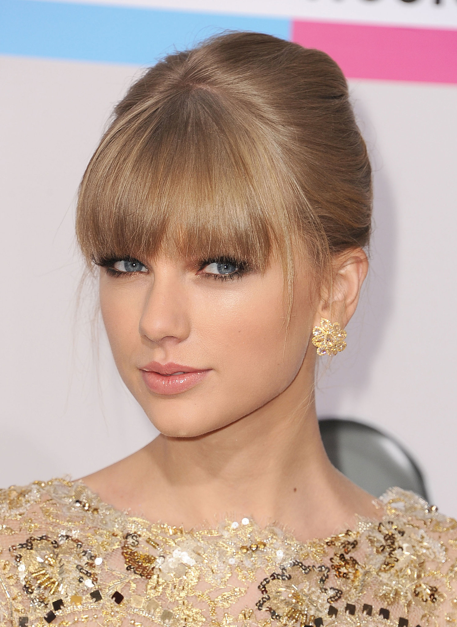 Playing-her-hair-makeup-2012-American-Music-Awards
