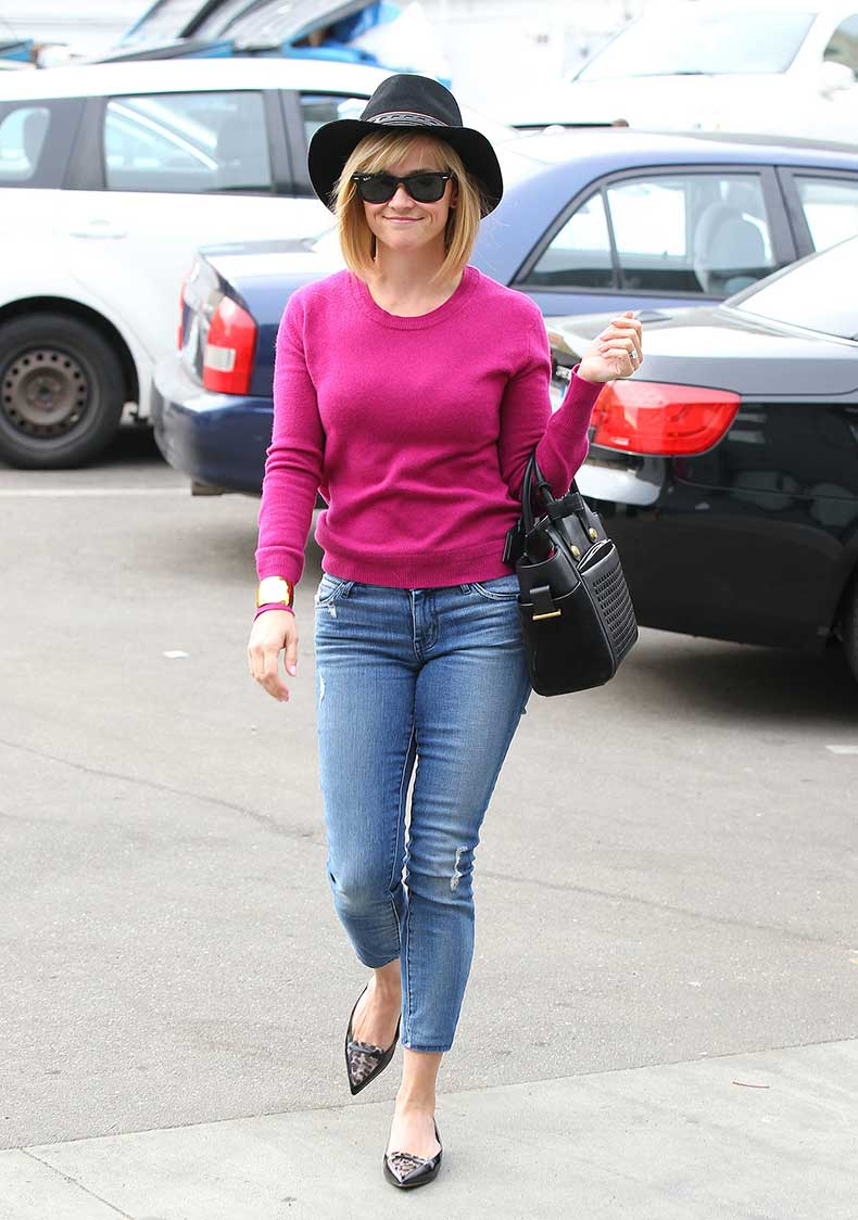 Reese-Witherspoon-pretty-pink-when-she-stopped-hair-salon