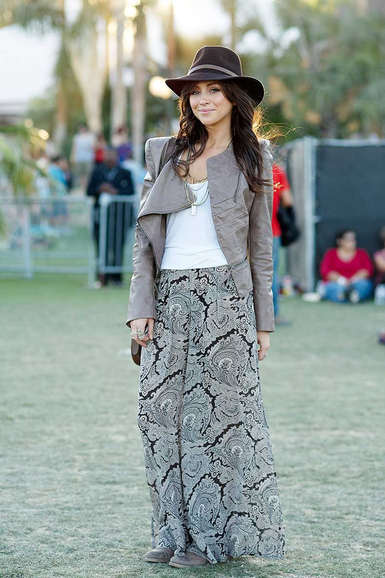 street-style-coachella-maxi-skirt-sneakers