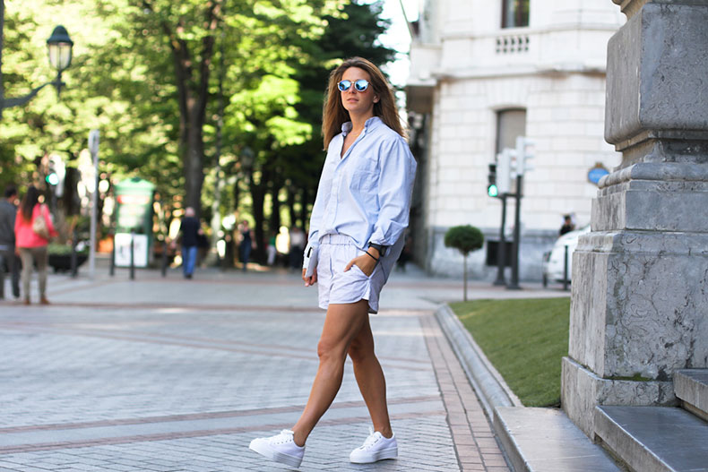 clochet-outfit-streetstyle-alexander-wang-style-shorts-blue-shirt-white-platform-sneakers-7