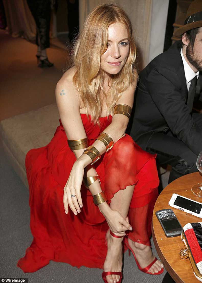 sienna-miller-vanity-fair-oscar-party-2014-red-gown-4
