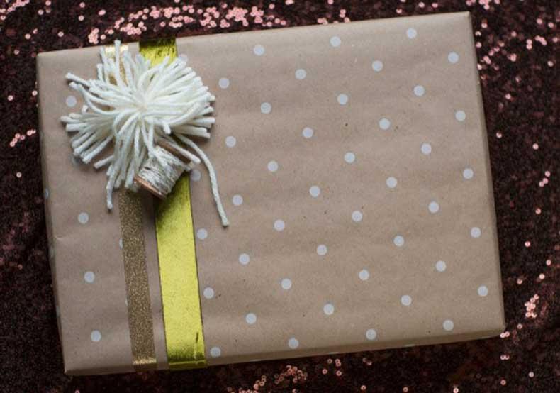yarn-pom-pom-gift-wrap-600x421