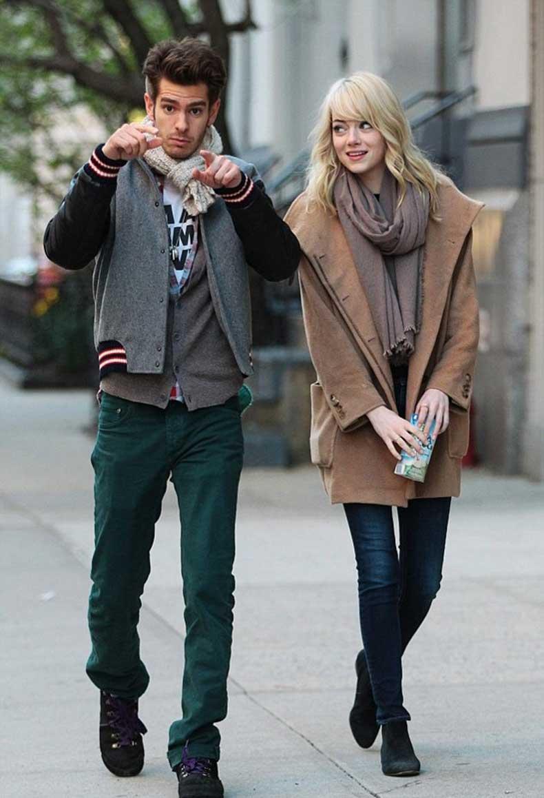 emma-stone-stylechi-blonde-andrew-garfield-beige-boyfriend-coat-taupe-scarf-dark-denim-skinny-jeans-black-ankle-boots