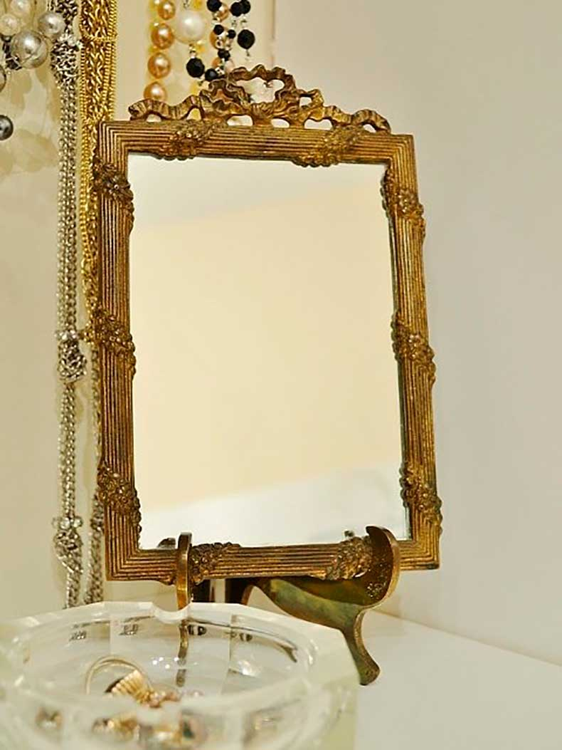 antique-mirror-keeps-everything-check