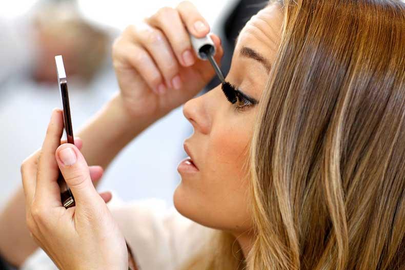 lc_close-up_putting_on_makeup1