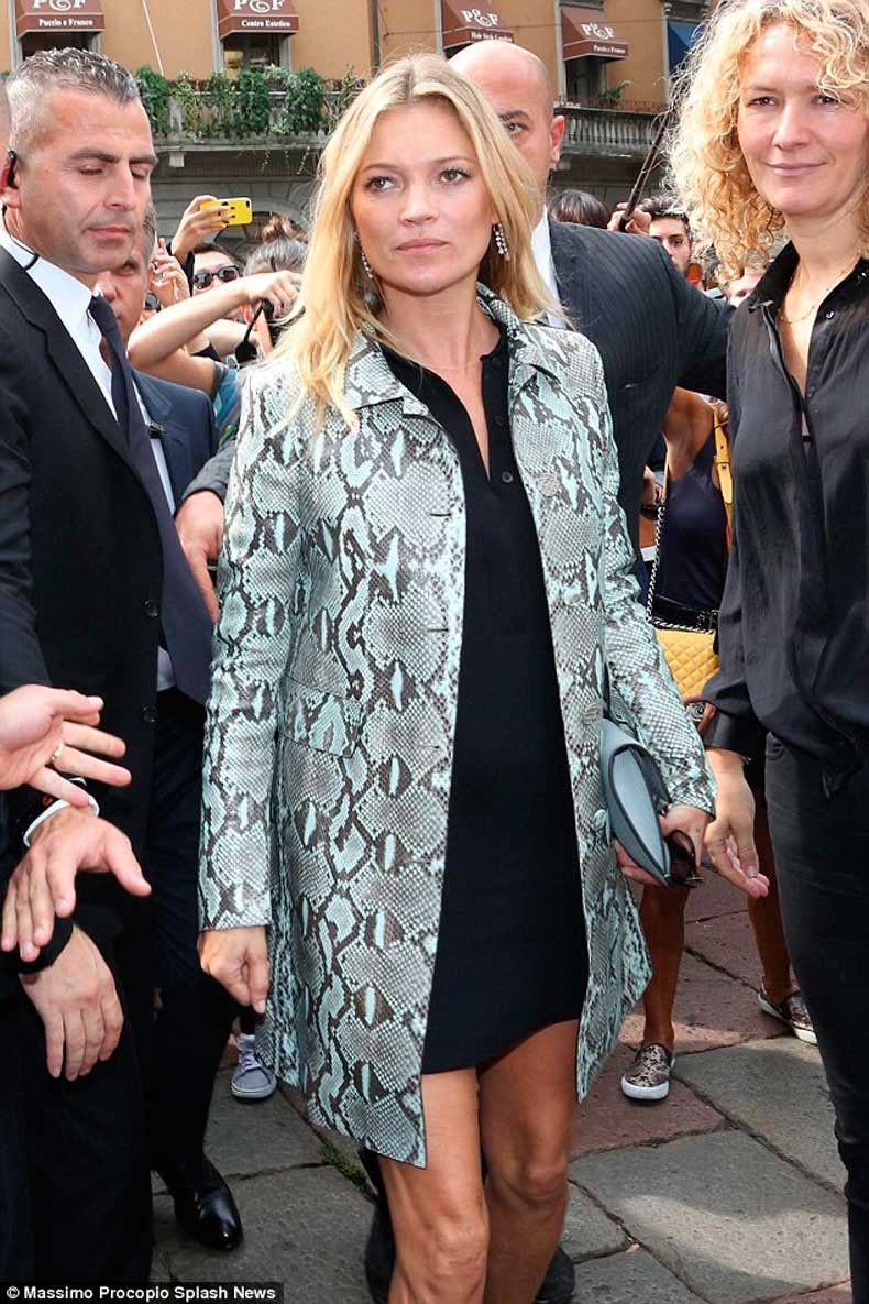 1410960790262_wps_34_Kate_Moss_and_Charlotte_C