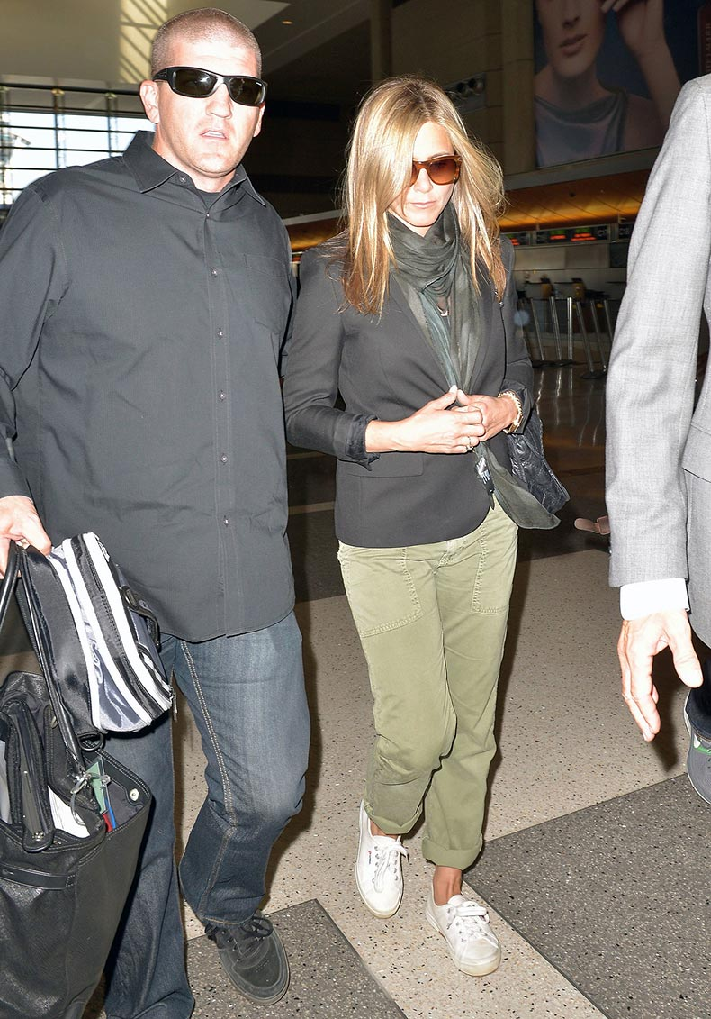 Jennifer-Aniston-looked-cool-cargos-white-sneakers-she