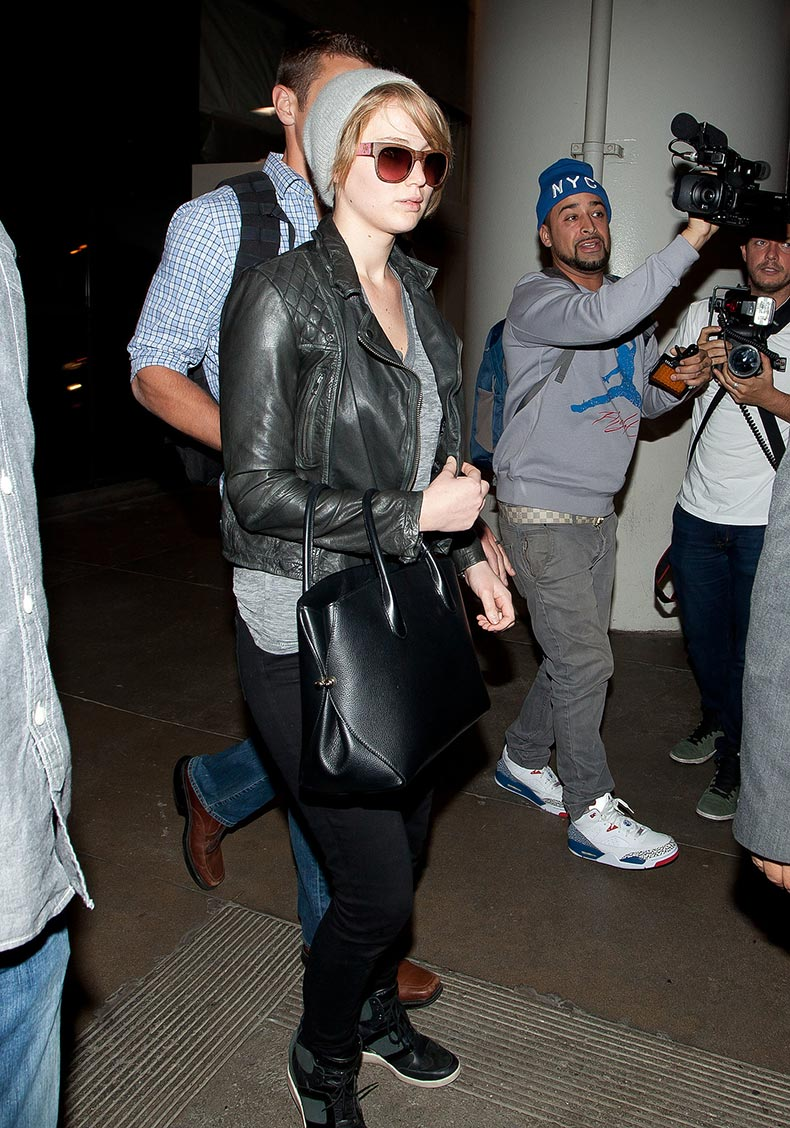 Jennifer-Lawrence-gave-airport-style-cool-girl-treatment