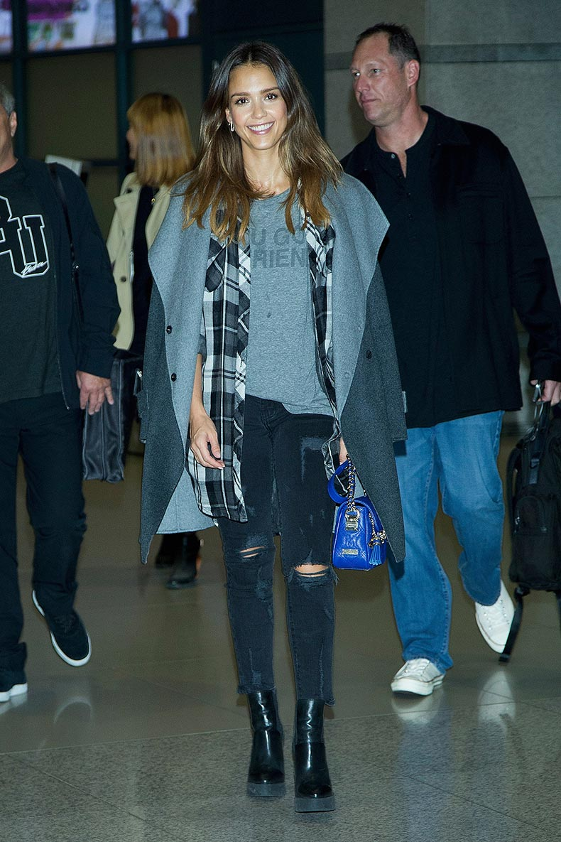 Jessica-Alba-layered-up-her-flight-didnt-hide-her-cool-girl