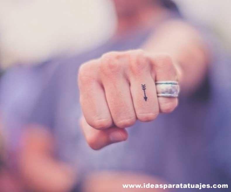 tatuaje-de-flecha-en-el-dedo