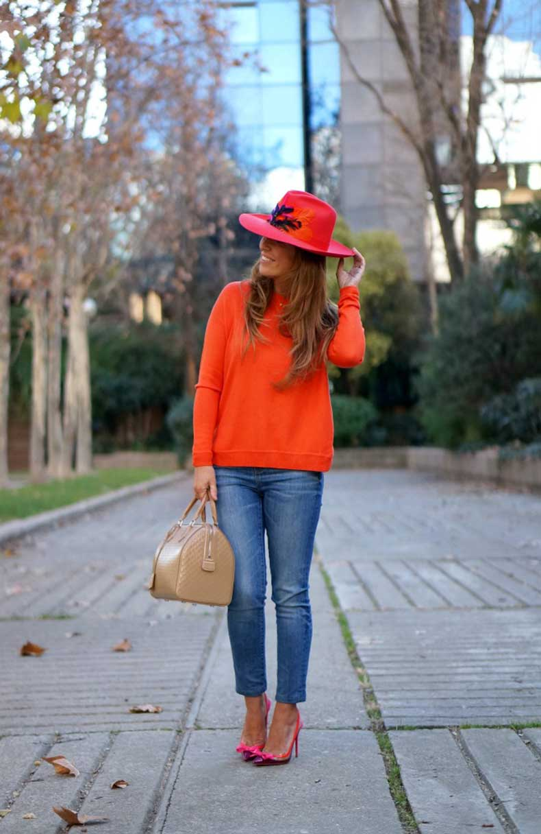 03-street-style-colorful-orange-juan-vidal-sombrero-hat-fedora-feathers-suspenodo-christian-louboutin-damier-catwalk-louis-vuitton-bag-con-dos-tacones-c2t