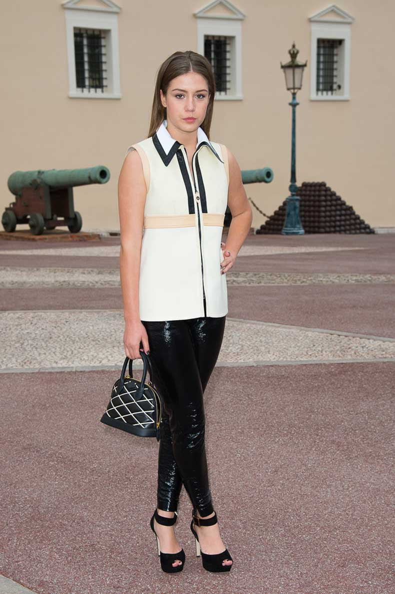 Adèle-Exarchopoulos-Carrying-Louis-Vuitton