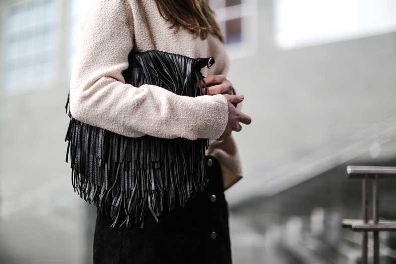 Clochet-streetstyle-Mango-suede-black-mini-skirt-suiteblanco-bolso-flecos-9