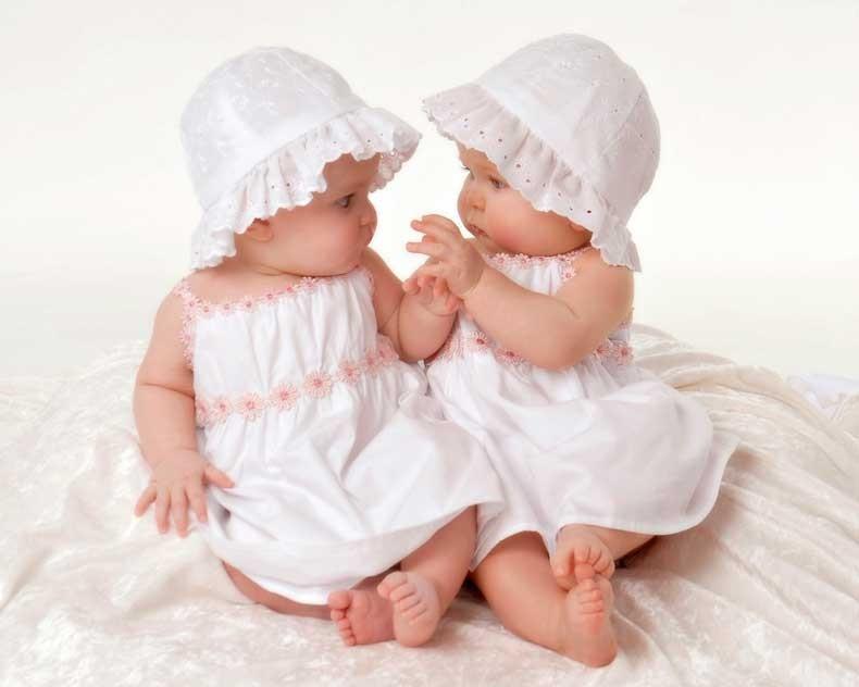 Cute-Twin-Baby-Girl-HD-Desktop-Wallpaper