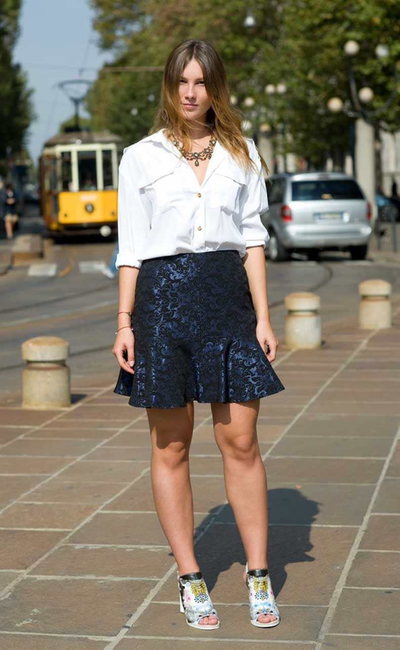 STREET-STYLE-STATEMENT-NECKLACE-WHITE-TOP-A-LINE-NAVY-BLUE-SKIRT-MILAN-STREET-STYLE-VOGUE-UK-WHITE-UTILITY-SHIRT-LAYERED-NECKLACE-TRUMPET-HEM-JACQUARD-SKIRT-PRINT-COLOR-SANDALS-Angelica-Ardasheva