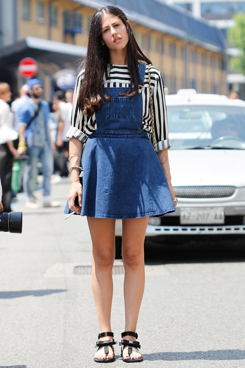 She-embraced-overall-trend-denim-dress-version-sharp