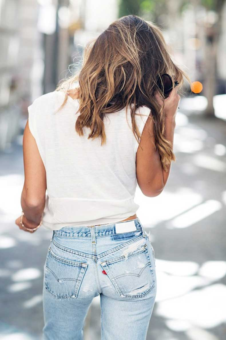12-Le-Fashion-Blog-Shots-That-Prove-Levis-Make-Your-Butt-Look-Amazing-White-Tee-Light-Wash-Jeans-Via-La-La-Mer