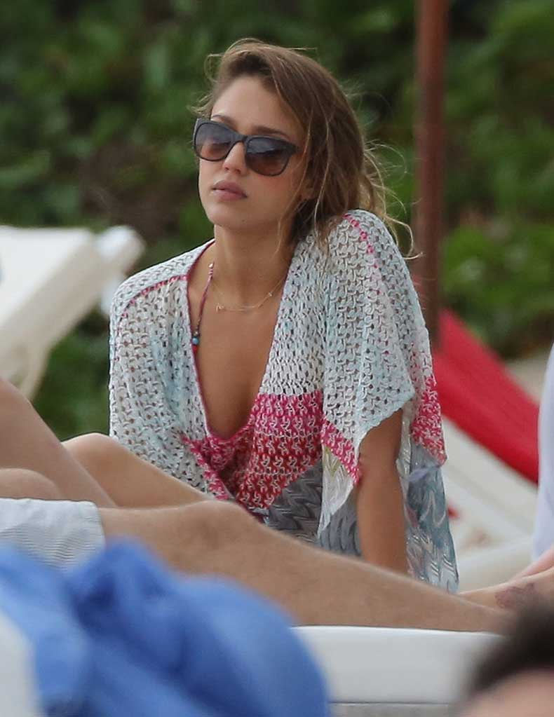 Jessica-Alba-relaxed-St-Barts-Friday