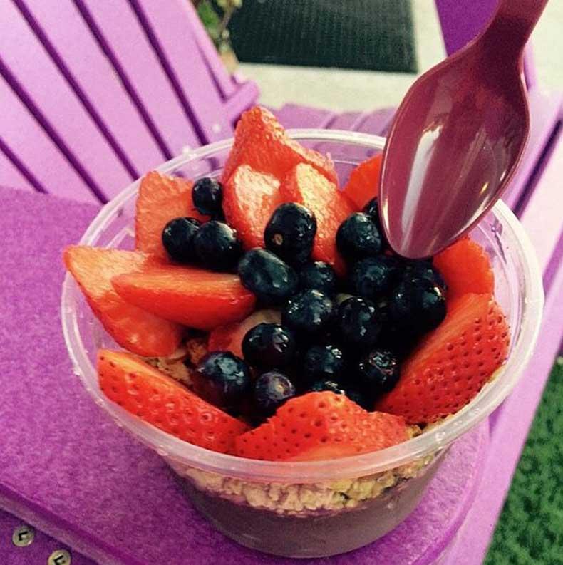 Acai-bowls-Alessandra-Ambrosio-favorite-healthy-snack