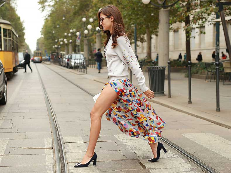 Eleonora-Carisi-showed-off-her-gams-colorful-printed-skirt