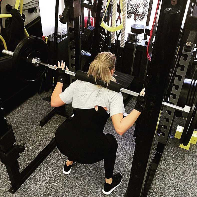 Khloé-again-time-doing-squats-barbell