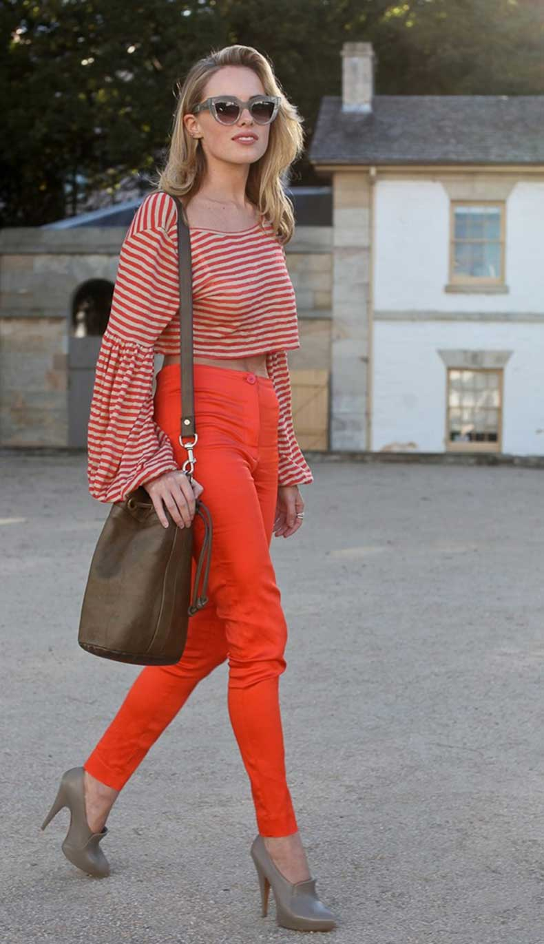 LEE-OLIVEIRA-STREET-STYLE-RED-HIGH-WAIST-SKINNYPANT-MIDRFF-STRIPE-CROP-TOP-BEL-SLEEVES-CAT-EYE-SUNGLASSES-NEAUTRAL-LEATHER-BUCKET-BAG-MULE-HEELS