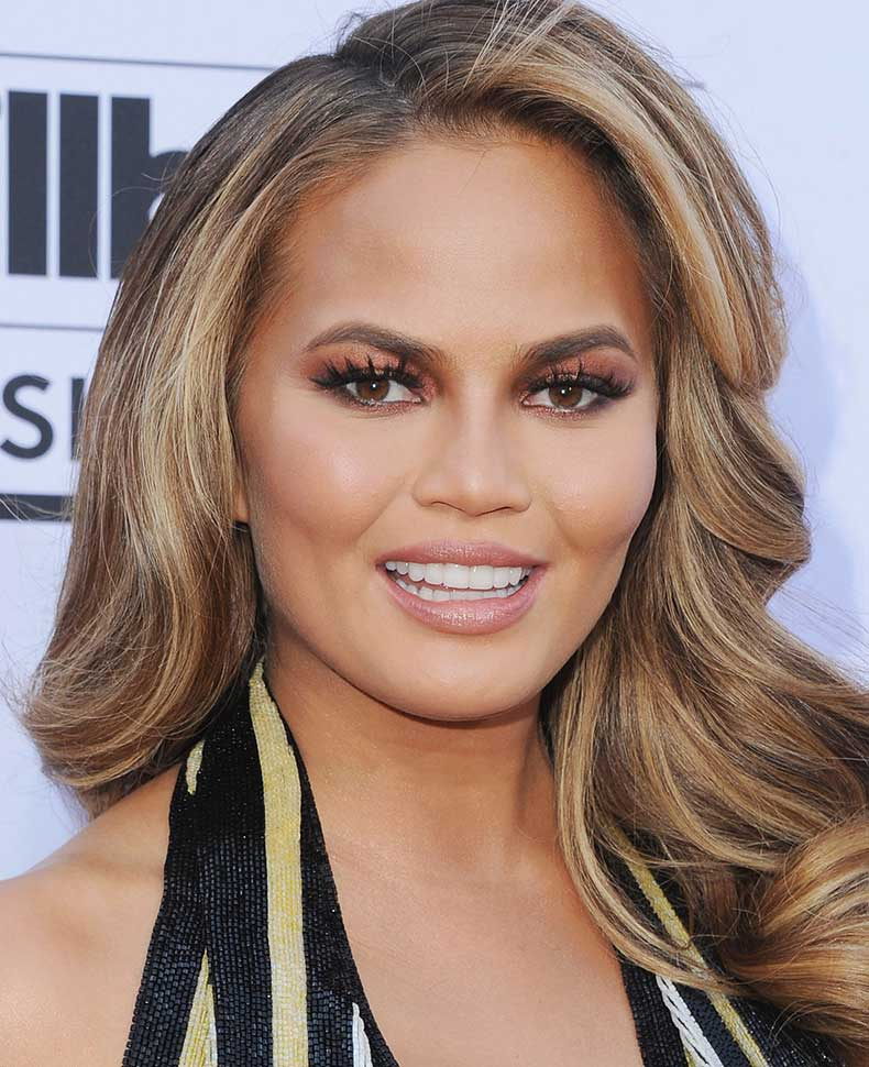 1443704978-syn-mar-1443653749-syn-elm-1443646699-chrissy-teigen-thicker-in-center-lips