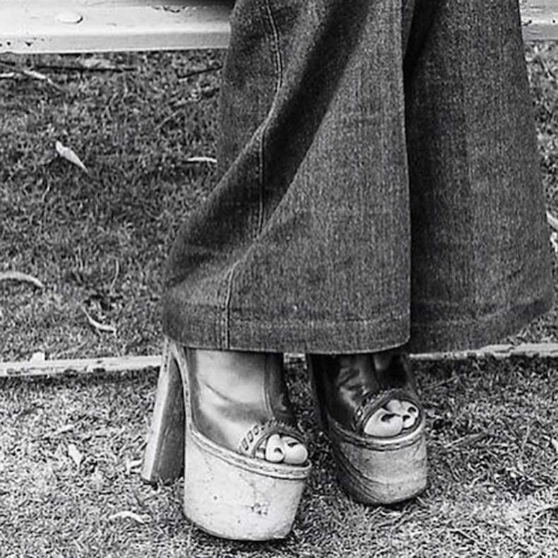 Le-Fashion-Blog-1970s-70s-Street-Style-Vintage-Photos-Flared-Denim-Bell-Bottoms-Wide-Leg-Jeans-Platform-Sandals-Via-Tres-Blase