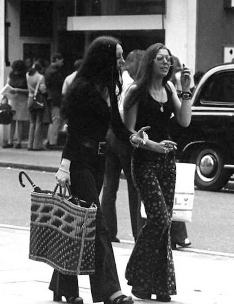 Le-Fashion-Blog-1970s-70s-Street-Style-Vintage-Photos-Print-Wide-Leg-Pants-Bell-Bottoms-Via-Tres-Blase
