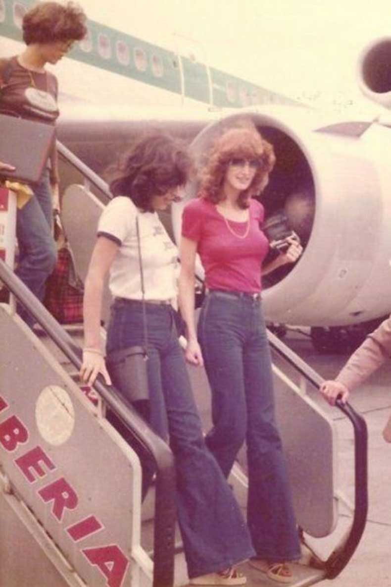 Le-Fashion-Blog-1970s-70s-Street-Style-Vintage-Photos-T-Shirts-Tee-High-Waisted-Wide-Leg-Jeans-Flared-Bell-Bottoms-Via-Tres-Blase