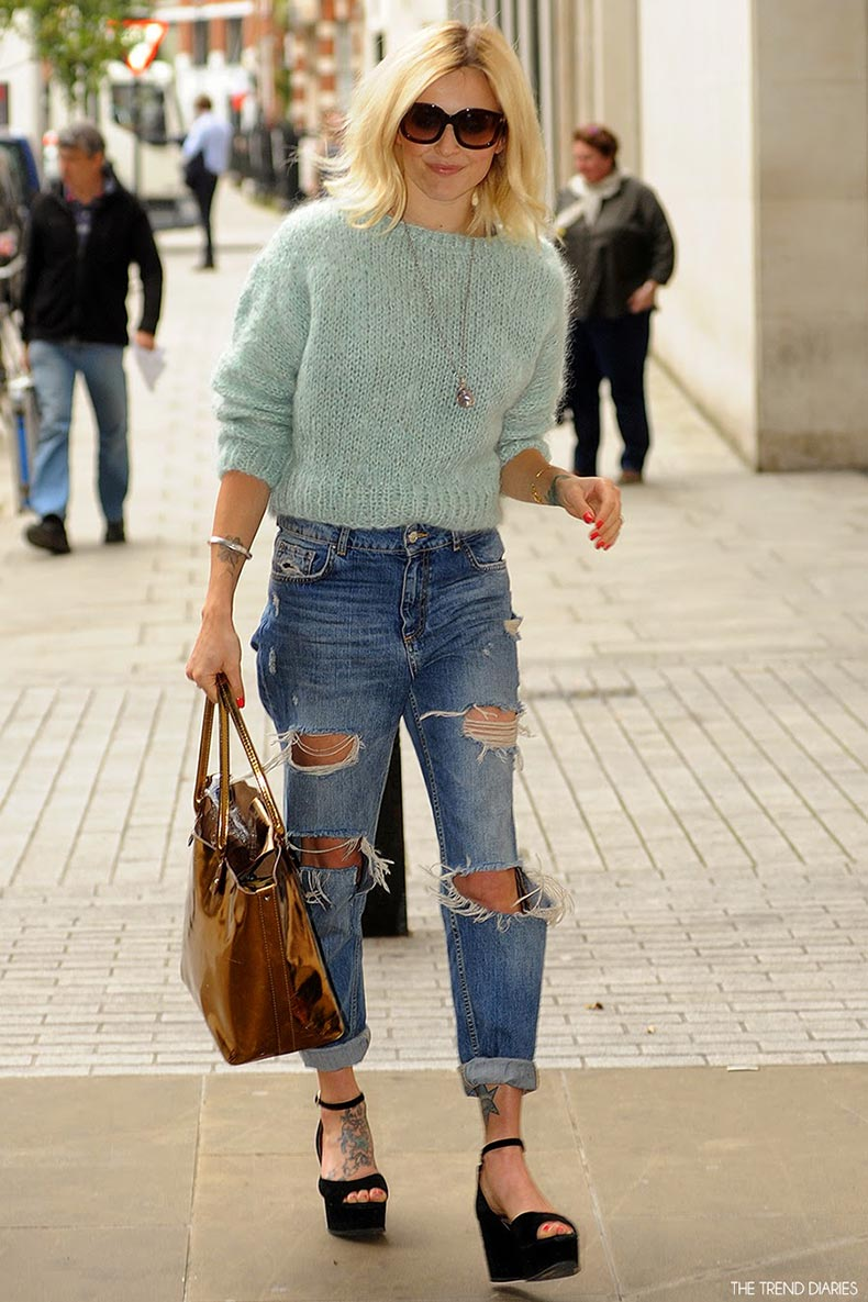 fearne-cotton-street-style-high-waisted-ripped-jeans-denim-blue-green-knit-sweater-black-suede-peep-open-toe-ankle-strap-wedges-bronze-tote-bag-short-blond-hair
