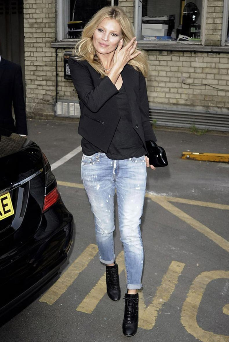 kate-moss-street-style-black-blazer-distressed-jeans-booties
