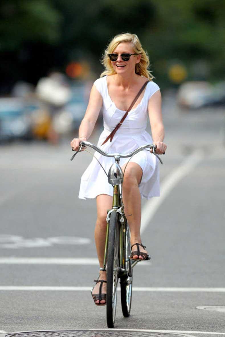 550247a9c9f26_-_hbz-celebs-on-bikes-04-kirsten-dunst