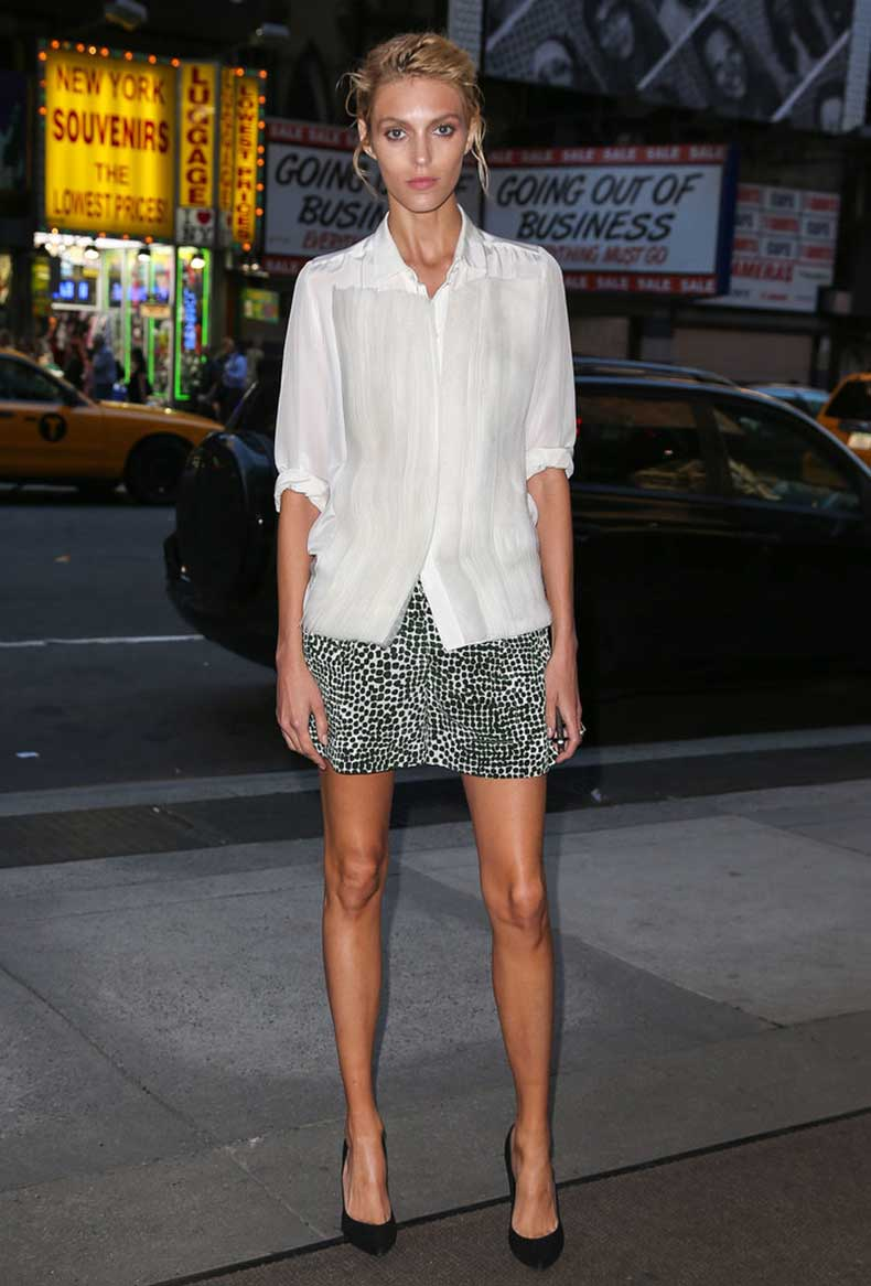 Anja-Rubik-put-her-long-limbs-display-printed-miniskirt