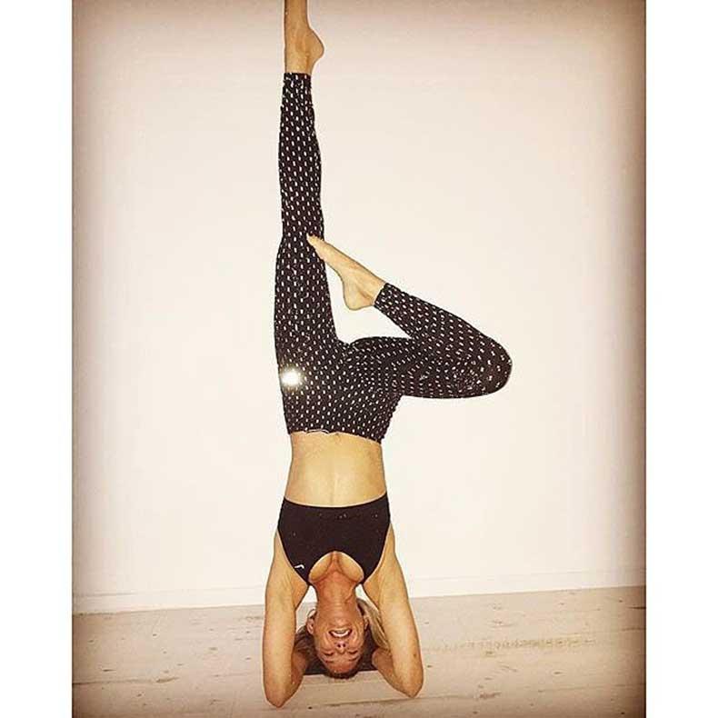 Bar-Refaeli-testing-out-her-Nike-glow---dark-leggings