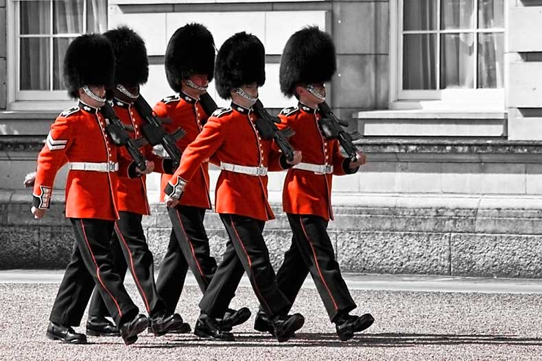 Changing_the_guard_-_Buckingham_Palace_4745275233
