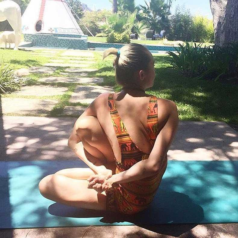 Miley-did-some-Ashtanga-yoga-outside-beautiful-sunshine