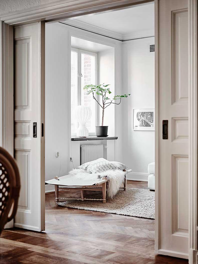 Oracle-Fox-White-Scandinavian-Interior-Bright-Apartment-5