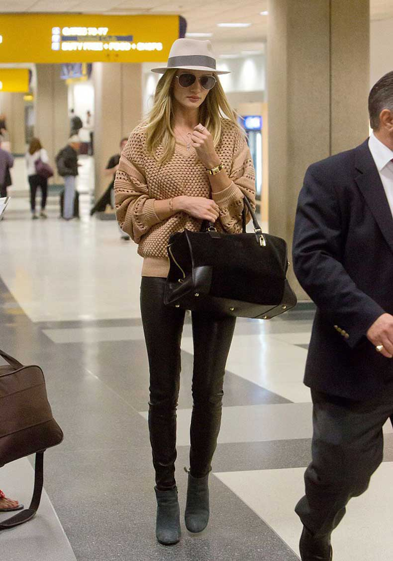 Rosie-Huntington-Whiteley-arrived-LAX-airport-her-signature