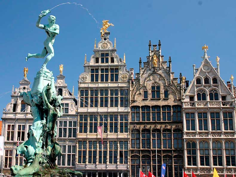 Brabo_Fountain_and_Grote_Markt_main_square_of_Antwerp